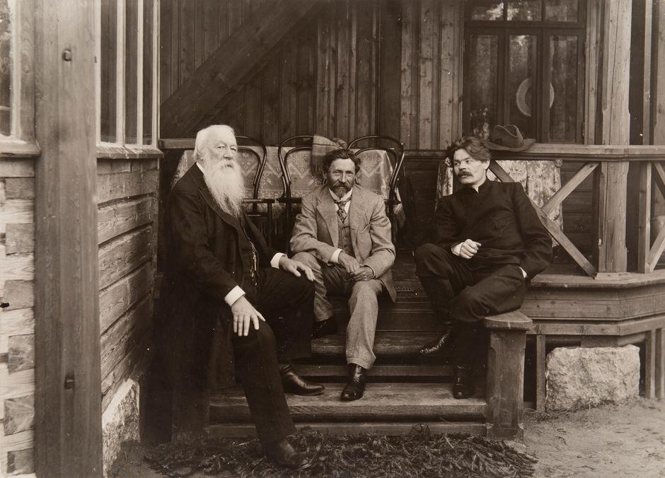 Vladimir Stasov, Ilja Repin ja Maksim Gorki Penaty-huvilan kuistilla elokuussa 1904. Venäläisen taiteen museo, Pietari.