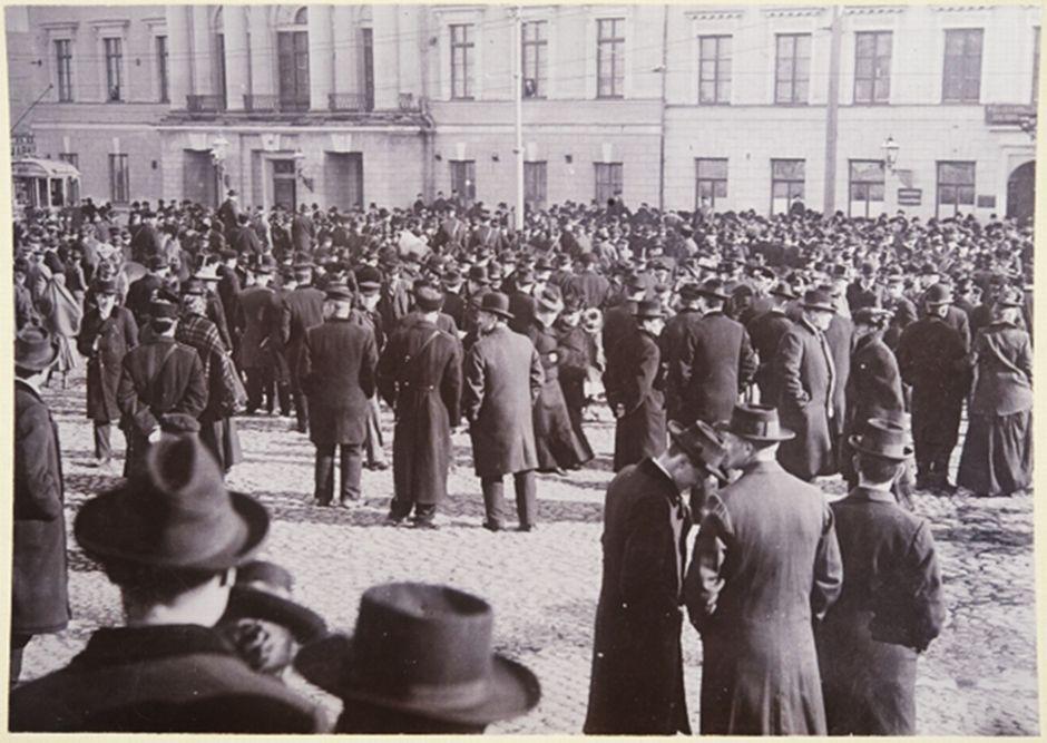 Venäjän säätämää uutta asevelvollisuuslakia vastustava väkijoukko Senaatintorilla 1902.