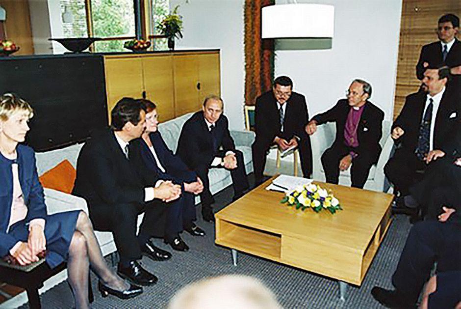 Vladimir Putin tapaa Kultarantavierailunsa yhteydessä turkulaisia ystäviään. Mukana mm. silloinen sisäministeri Ville Itälä ja arkkipiispa John Vikström.