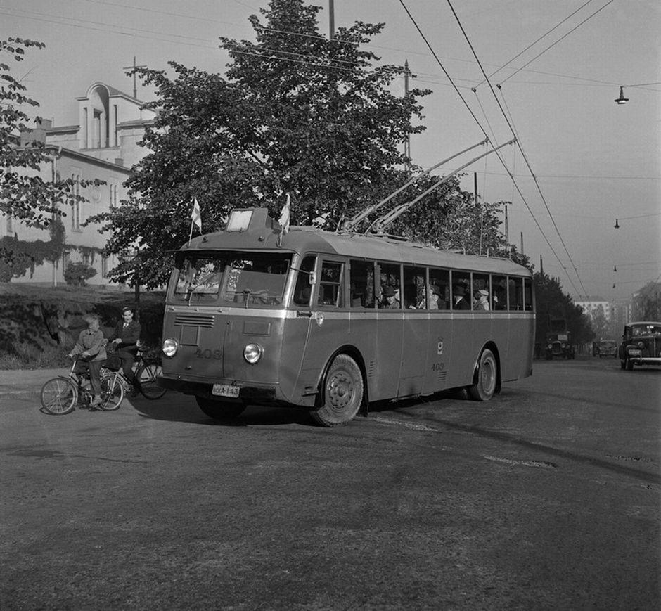Johdinbussi Topeliksenkadulla Töölön kirkon edessä