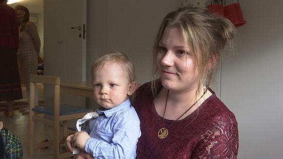Jenna Enlund poikansa Niila Kiprianoffin kanssa koltansaamen kielipesässä.
