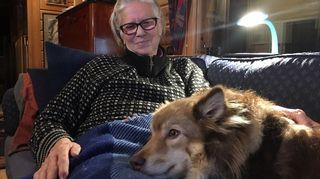 Hettalainen Maarit Rinne Viehhka-koiransa kanssa.