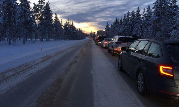 Sodankylän Kakslauttasen liikenneonnettomuus sulki Ivalontien maanantaina kerryttäen vajaan parin kilometrin autojonon.