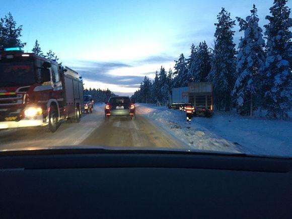 Video: Kakslauttasen maanantaisessa liikenneonnettomuudessa venäläinen henkilöauto törmäsi ohitustilanteessa vastaantulleeseen suomalaiseen rekkaan.