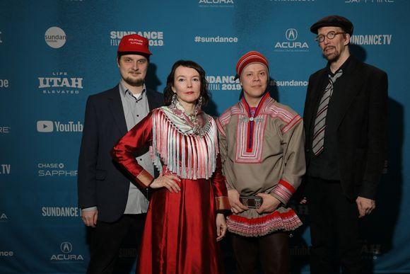 Video: Eatnanvuloš lottit -filmma govvejeaddji Mauri Lähdesmäki, bagadalli Marja Helander, jietnaplánejeaddji Pekka Aikio ja jietnaplánejeaddji Pekka Kumpulainen Sundance-filbmafestiválas ođđajagimánus 2019.