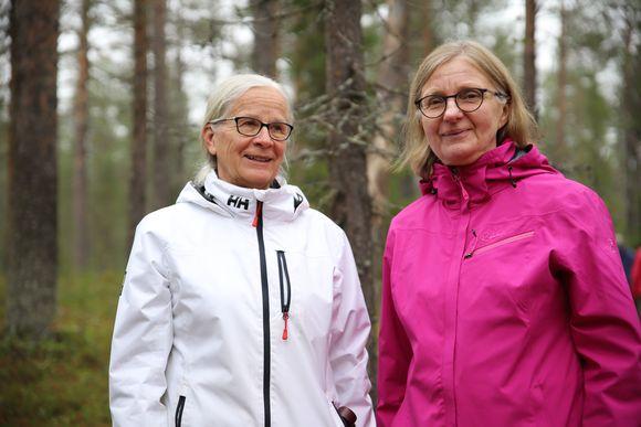 Hämeenlinnalaiset Kaija Kokko ja Päivi Kivelä osallistuivat Pakasaivon luontokirkkoon.