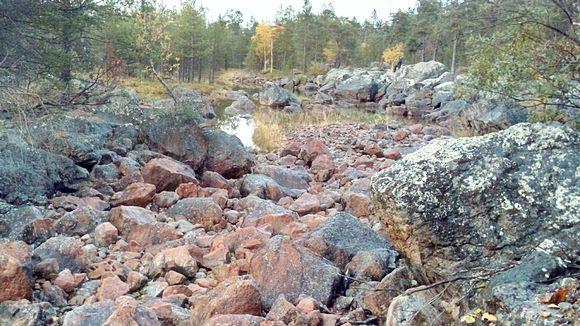 Rahajärven vesi virtasi ennen patoamista tätä luonnonuomaa pitkin.