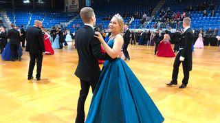Sandra Salminen ja Eetu Tolppanen Ounasvaaran lukion vanhojen tansseissa 2020