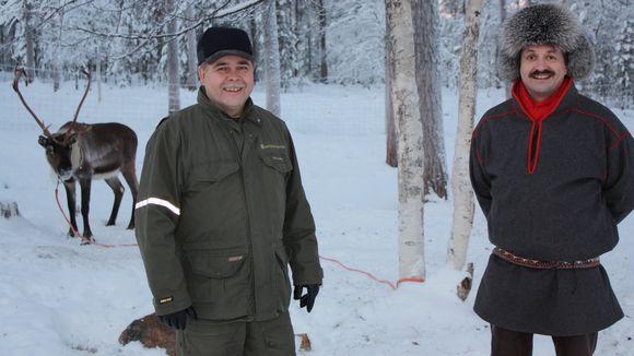 Metsähallituksen edustaja Pertti Heikkuri ja Hammastunturin paliskunnan poroisäntä Jouni Lukkari tyytyväisinä metsäsovitteluista.