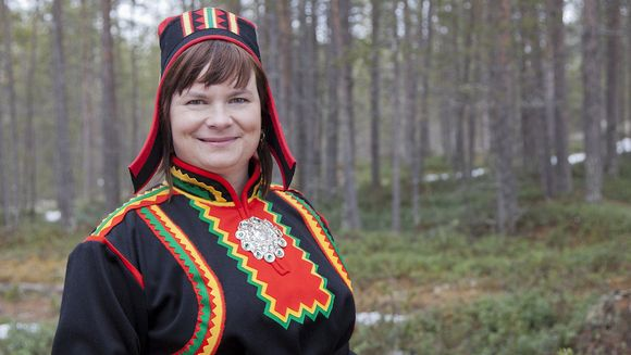 Erika Sarivaara lea pedagogihka doavttir, Vuovde-, guolásteaddji- ja duottarsámit -searvvi ságadoalli ja SDP gielddapolitihkar Anáris.