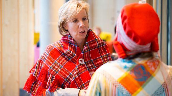 Sámi Duodji -searvi skeŋkii vuoigatvuohtaministtar Anna-Maja Henrikssonii ulloliinni ja soljju gaskavahku ovdal álbmotdilálašvuođa giitun barggus sámiid rivttiid ovdii.