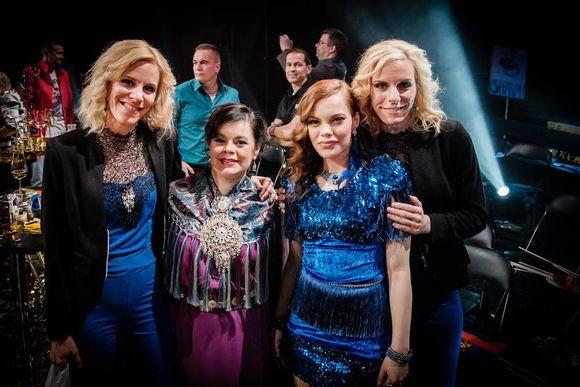 Solju ja Hold Your Colours -bihtá dahkkit Linda ja Ylva Persson.