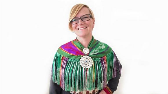 Mona Solbakk lea NRK Sámi ođđa hoavda.