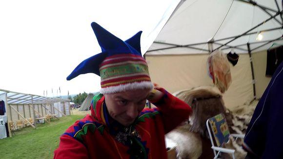 Video: Aslak Paltto ihmettelee Márkomeannu -festivaalilla kun saamelaiset itse myyvät feikkejä saamelaislakkeja.
