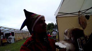 Aslak Paltto ihmettelee Márkomeannu -festivaalilla kun saamelaiset itse myyvät feikkejä saamelaislakkeja.