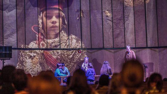 Inarin yläasteen Njäälgisekkâ-ryhmä esiintyi taidetapahtumassa Komovuotâsämmiliih-näytelmällä.
