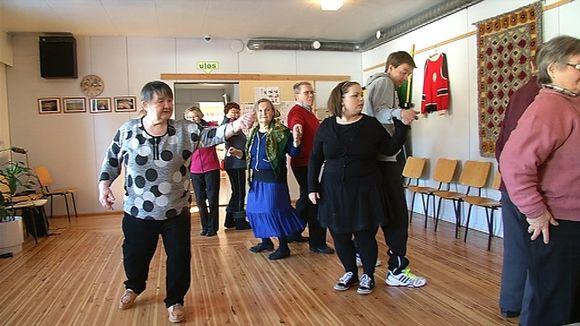 Video: Nellimissä järjestettiin kolttatanssikurssi, jolla pyritään siirtämään rikasta tanssiperinnettä nuoremmalle sukupolvelle.