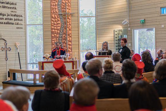 Utsjoen kirkkoherra Arto Seppänen (vas.), saamelaispappi Mari Valjakka ja saamelaistyön sihteeri Erva Niittyvuopio 18.4.2016.