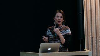 Heidi Eriksen doalláme logaldallama Sámi parlamentáralaš ráđi čoahkkimis.