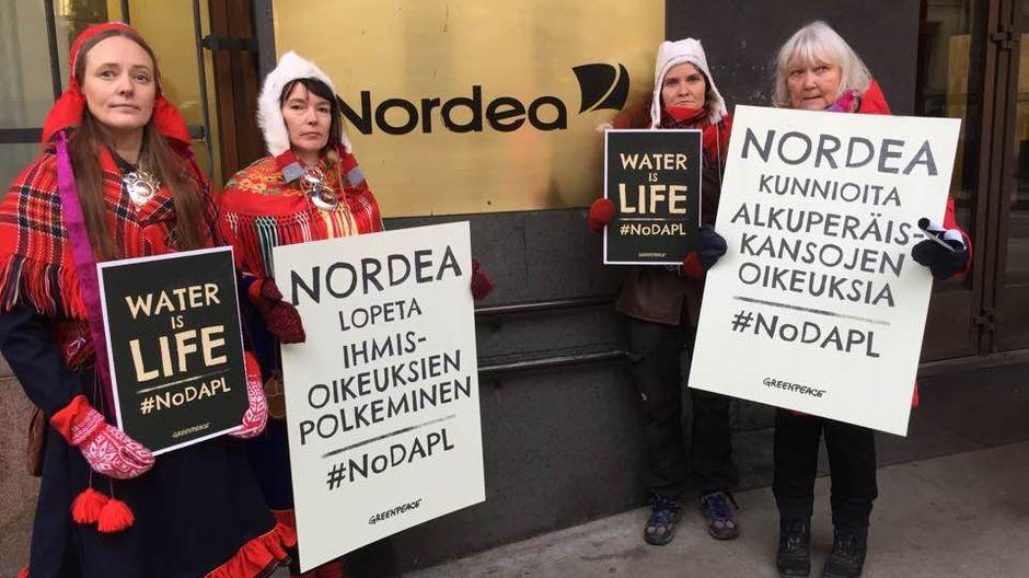 """Feodoroff, Pieski ja Helander Nordea-báŋkku ovddabealde: """"Nordea, heaitte duolbmamis ..."""