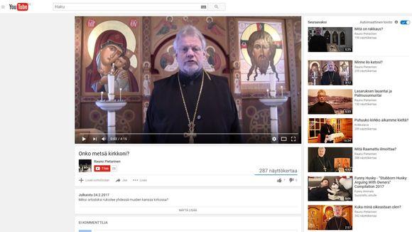 Pappi Rauno Pietarinen tubettaa