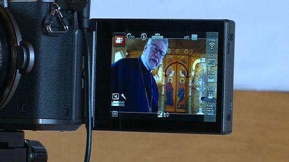 Ortodoksi pappi isä Rauno tubettaa
