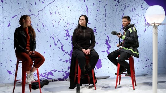 Sarakka Gaup, Elina Israelsson ja Mio Negga teahterčájalmasas Co2lonial Nation