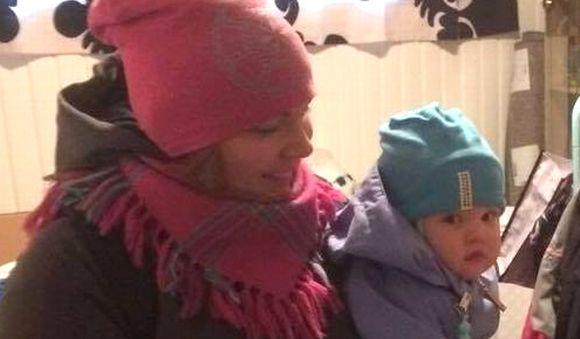 Terhi Harju poikansa Kiureli Harjun kanssa lähdössä kielipesään.