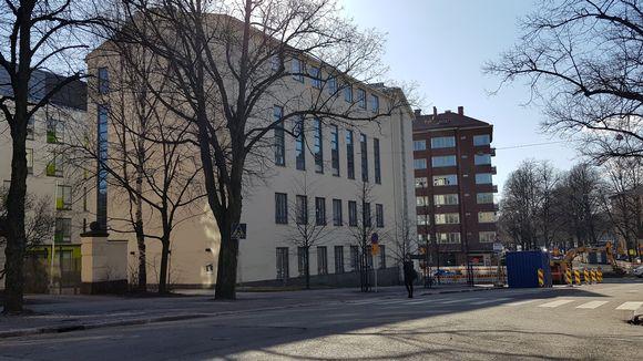 Koulurakennus kadun varrella.