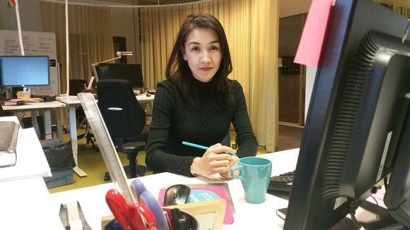 Nuori nainen toimistossa.