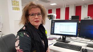 Nainen työpöydän ääressä.
