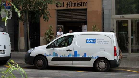Koneen logo ja espanjankielistä tekstissä autonkyljessä.