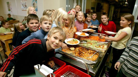 Alakoululaisia ottamassa ruokaa koulun ruokalassa.