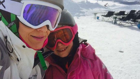 Nainen ja lapsi hiihtokeskuksessa.