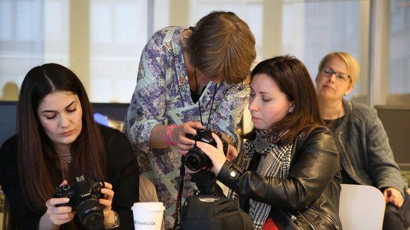 Ihmiset tutkivat kameroita.