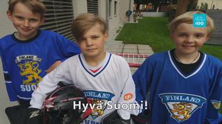 kolme pikkupoikaa Suomen lätkäpaidat päällä, kypärä kainalossa.
