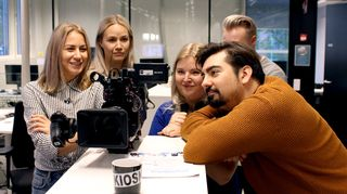 Kioski Lifen Emma Karasjoki, Essi Lamppu, Gogi Mavromichalis ja Niko Sveins videon kuvauksissa.