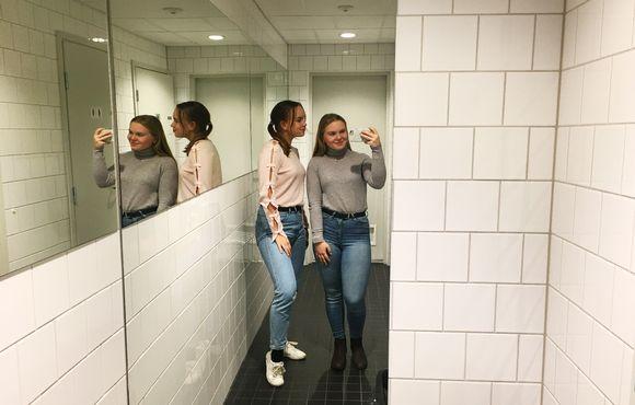 Tytöt ottavat kuvaa älypuhelimella.