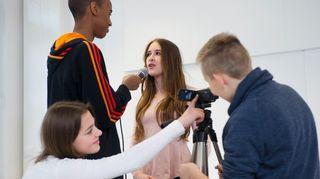 Vuosaaren koululaiset haastattelevat toisiaan