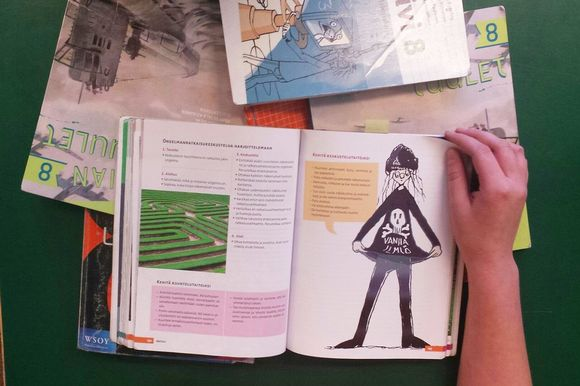 Koululainen lukee oppikirjaa.