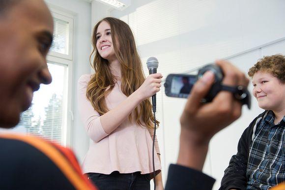 Nuoret tekemässä haastattelua.