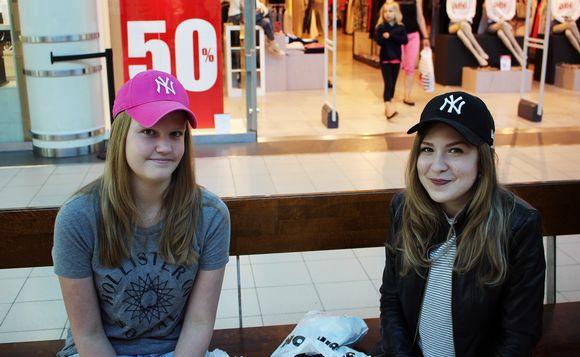 Video: Kaksi tyttöä istuu kauppakeskus Jumbon käytävällä.