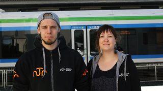 Nuorisotyöntekijät Sauli Taipale ja Niina Koski seisovat juna-asemalla.