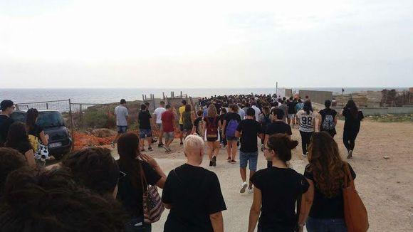 Joukko ihmisiä kävelee.