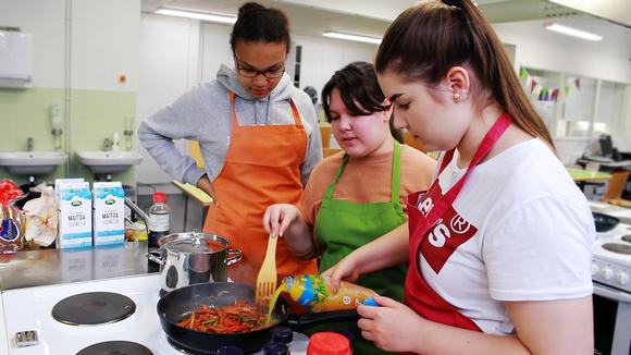 Video: Vesalan yläasteen nuoret kokkaavat hävikkiaineksista