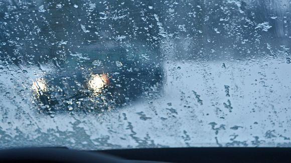 Räntä iskeytyy auton tuulilasiin.