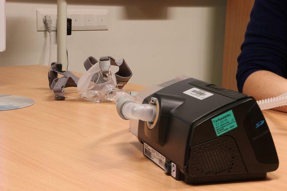 CPAP-laitteen osat ovat kompressori ja kasvoille asetettava hanegityslaite.