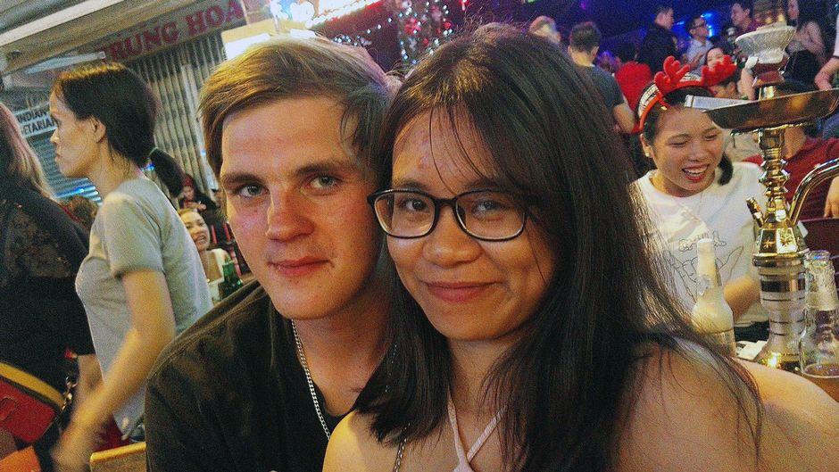 Heikki Niemimäki tyttöystävänsä kanssa Vietnamissa.