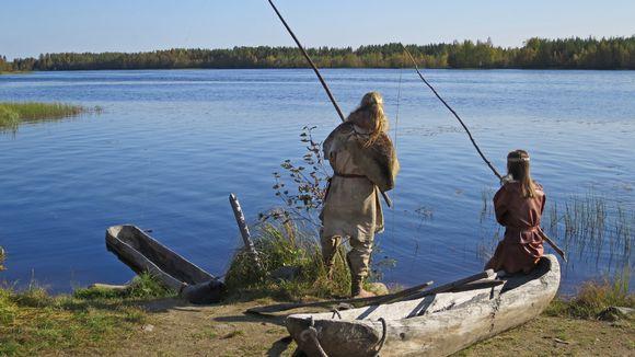 Jari-Vähkyrä-ja-Laura-Ohenoja-onkivat Kierikin rannassa iijoella kivikautisissa varusteissa.