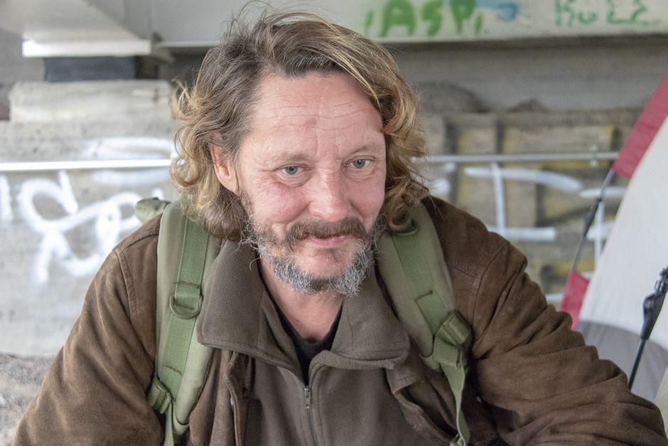Asunnoton Markku Korhonen telttansa edessä.